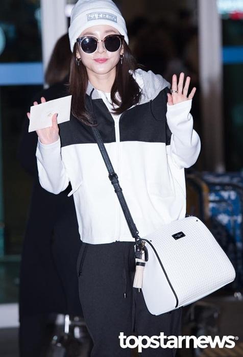 krystal-che-kin-mat-o-san-bay-yoon-eun-hye-theo-mot-giay-bn