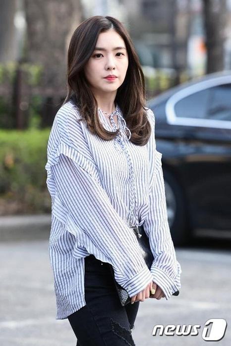 krystal-che-kin-mat-o-san-bay-yoon-eun-hye-theo-mot-giay-bn-6