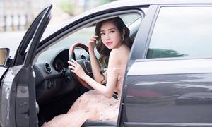 Elly Trần khoe dáng đẹp như Barbie, tự lái xế hộp đi sự kiện