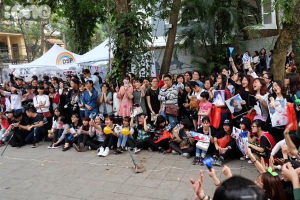 Chiều 3/4, chương trình Kpop Lovers Festival 2016 do Trung tâm Văn hóa Hàn   Quốc tổ chức đã khai mạc với nhiều hoạt động hấp dẫn. Nhiều bạn trẻ yêu Kpop   nhiệt tình tham gia tạo nên bầu không khí sôi động tại Trung tâm Văn hóa Hàn   Quốc, 49 Nguyễn Du, Hà Nội.