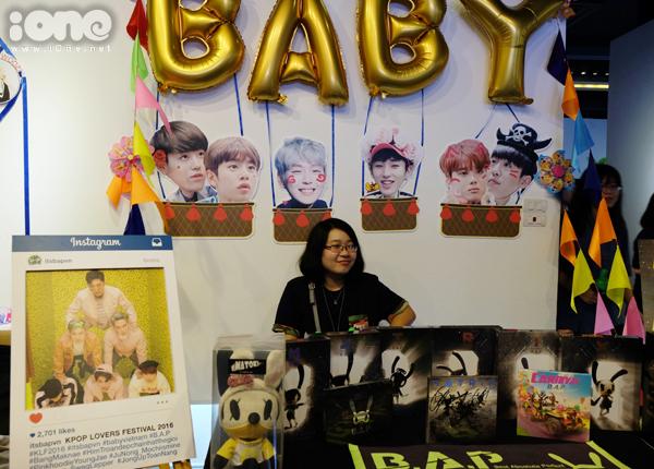 Khu vực hấp dẫn các fan Kpop nhất là 23 gian hàng trưng bày, bày bán các sản   phẩm liên quan đến thần tượng, nhóm nhạc yêu thích của các FC Kpop tại Hà Nội.   Các gian hàng đều được trang trí, thiết kế tỉ mỉ dù không gian có phần hạn chế.