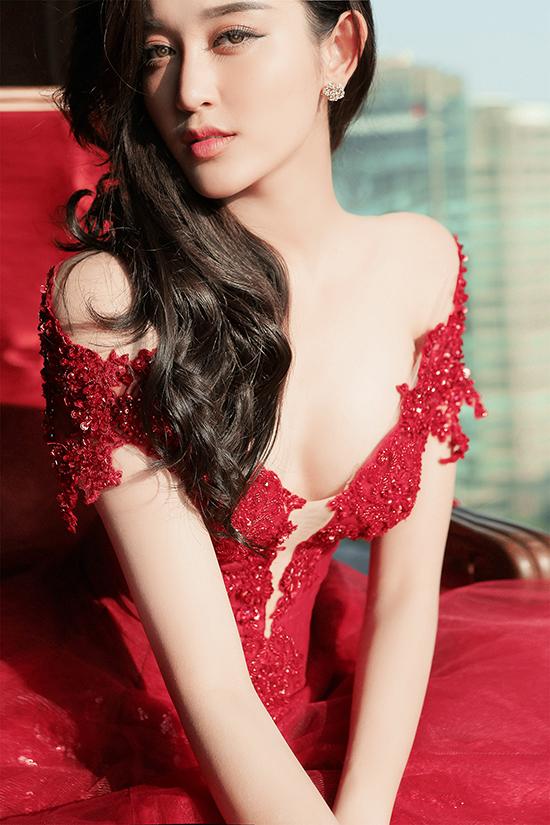 Huyền My thực hiện một bộ ảnh thời trang mới đi theo phong cách quyến rũ và sang trọng. Trong những hình ảnh mới nhất này, Huyền My khoe nét đẹp lộng lẫy trong hai chiếc váy dạ hội do nhà thiết kế Phạm Đặng Anh Thư thực hiện.