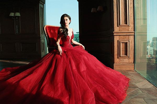 Giữa không gian cổ điển của một khách sạn, Huyền My nhập vai nàng công chúa và thể hiện vẻ đẹp thanh thoát, quyến rũ đến từ gương mặt và vóc dáng.