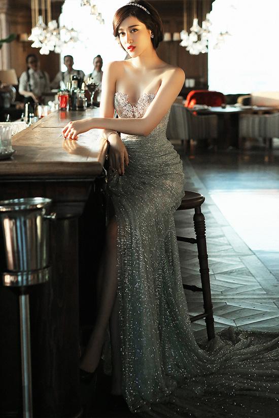 Ở bộ trang phục thứ hai, Huyền My thể hiện vẻ ngoài có phần đơn giản, thanh thoát hơn nhưng vẫn đẹp lung linh và yêu kiều. Cô ưu ái chọn bộ váy cúp ngực đính kim sa màu bạc nhằm làm nổi vậy vẻ đẹp quyến rũ của mình