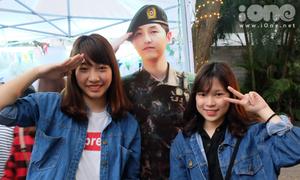 Fan tíu tít selfie với 'quân nhân' Song Joong Ki tại lễ hội Kpop Lovers
