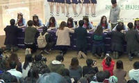 2-fan-nu-danh-nhau-giua-pho-gianh-cho-chup-anh-idol-han-2