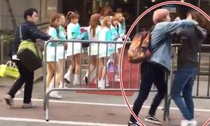 2 fan nữ đánh nhau giữa phố giành chỗ chụp ảnh idol Hàn
