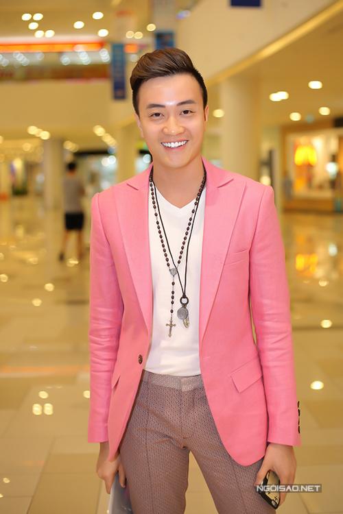 Lương Mạnh Hải điệu đà với vest hồng. Anh khá ấn tượng với vai ông bầu Vũ Khắc Tiệp.