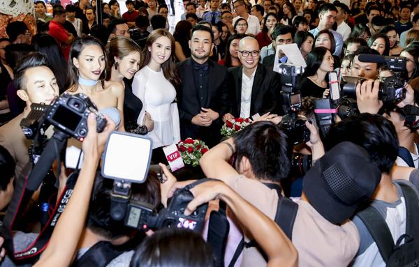 Các diễn viên trong 'Vòng eo 56' và đạo diễn rạng rỡ trước vòng vây ống kính phóng viên tại buổi ra mắt phim.