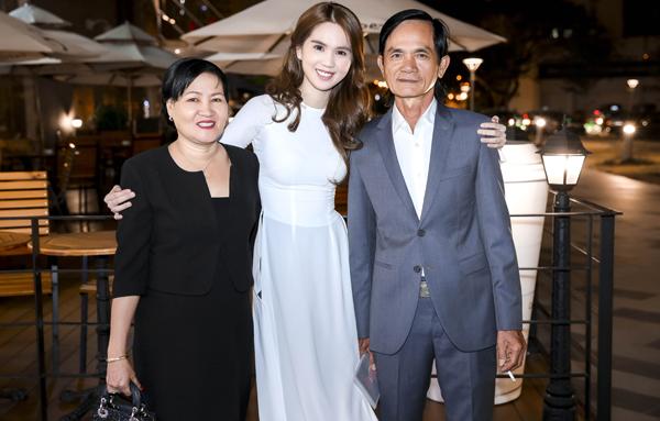 Bố và mẹ kế của Ngọc Trinh từ Trà Vinh lên Sài Gòn xem phim con gái đóng. Hình ảnh người thân của Ngọc Trinh cũng được khắc họa rất cảm động trên màn ảnh rộng.
