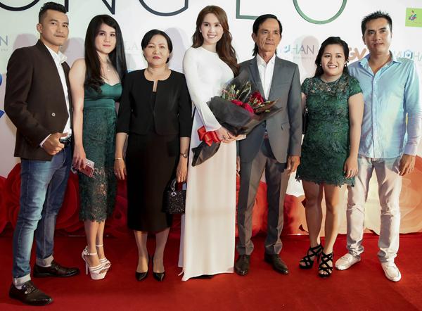Đại gia đình của Ngọc Trinh gồm bố mẹ, anh hai và chị dâu (ngoài cùng bên phải), chị gái và anh rể (ngoài cùng bên trái) lần đầu lên thảm đỏ cùng cô.