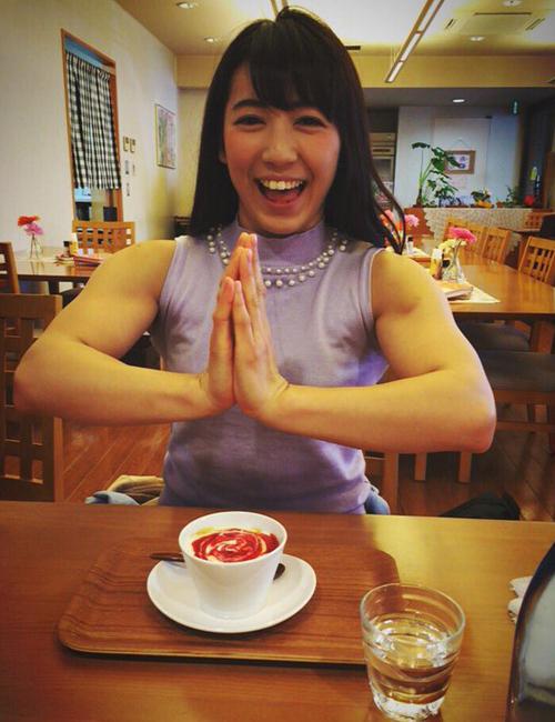 Thân hình cơ bắp đầy sức mạnh của Saiki khác nhiều so với khuôn mẫu cái đẹp   điển hình của phụ nữ Nhật, dịu dàng và hơi mong manh. Tuy nhiên, sau khi công   khai những bức ảnh khoe cơ bắp chắc nịch của mình, Saiki lại nhận được nhiều   phản hồi tích cực và ngày càng thu hút nhiều fan trên mạng xã hội.