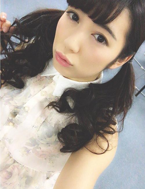 Saiki đáng yêu với mái tóc buộc hai bên xì tin và kiểu trang điểm ngọt ngào khi   không lên gân khoe cơ bắp.