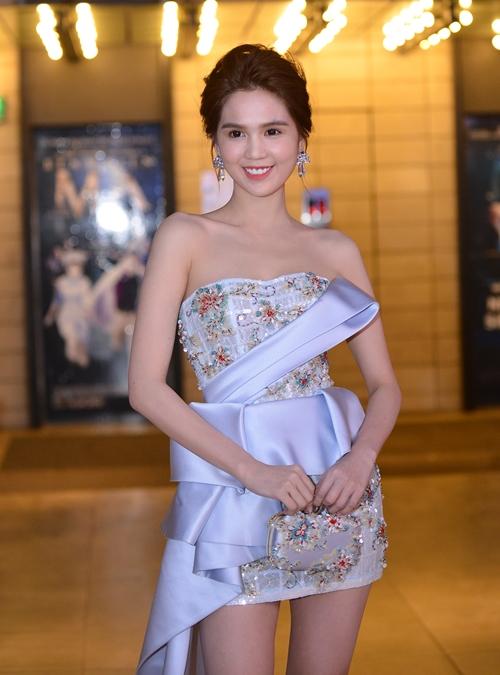 Nữ diễn viên chọn phụ kiện bông tai và túi xách sang trọng.