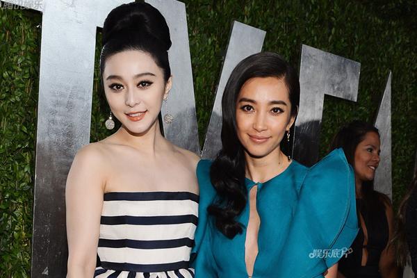 """Lý Băng Băng phải nhận nhiều lời chê bai từ netizen Trung Quốc khi bị Phạm Băng   Băng """"dìm nhan sắc"""" thê thảm khi cả hai đứng cạnh nhau trong một bữa tiệc hậu   Oscar 2013."""