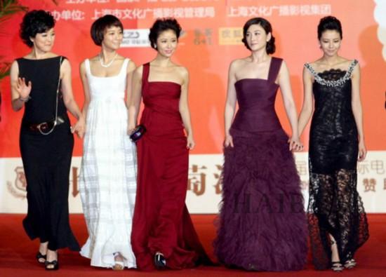 Lý Tiểu Nhiễm (thứ 2 từ phải qua) được khen nổi bật nhờ làn da trắng khi chụp   cùng các người đẹp Cao Viên Viên, Lâm Tâm Như, Vương Lạc Đan.
