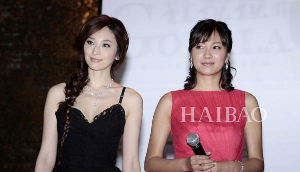 Người đẹp chân dài Ngô Bội Từ (trái) lấn át Từ Tịnh Lôi khi sánh vai trong một sự   kiện.