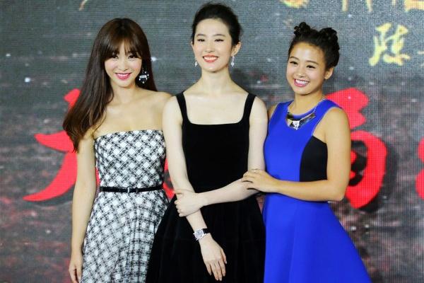 Lưu Diệc Phi cũng nổi tiếng với làn da trắng mịn, tỏa sáng khi đứng cạnh Liễu   Nham và Ngô Ánh Khiết.