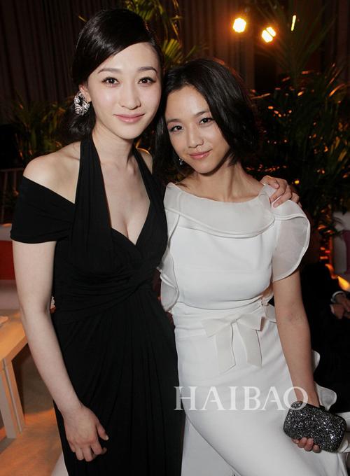 Thang Duy vốn được biết đến với nước da ngăm, điều này càng thể hiện rõ khi nữ   diễn viên chụp cùng người đẹp Lý Tiểu Nhiễm.