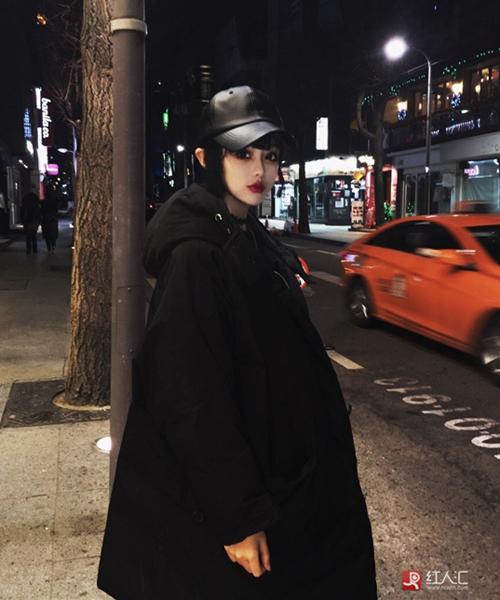 Kiểu trang điểm, ăn mặc của Dĩ Mạn có lẽ sẽ hù dọa không ít người khi đi ra đường   buổi tối.