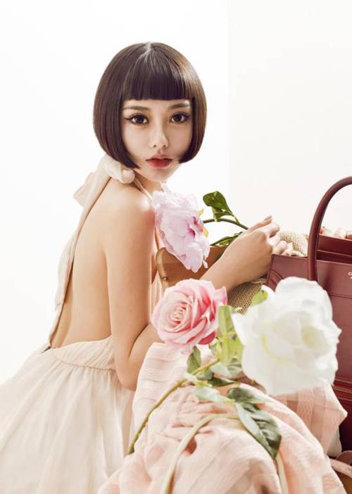 Trần Dĩ Mạn bắt đầu làm người mẫu từ năm 16 tuổi, gây sự chú ý qua một video   quảng cáo năm 2012. Đến nay, Dĩ Mạn đã khá có tiếng ở Trung Quốc.
