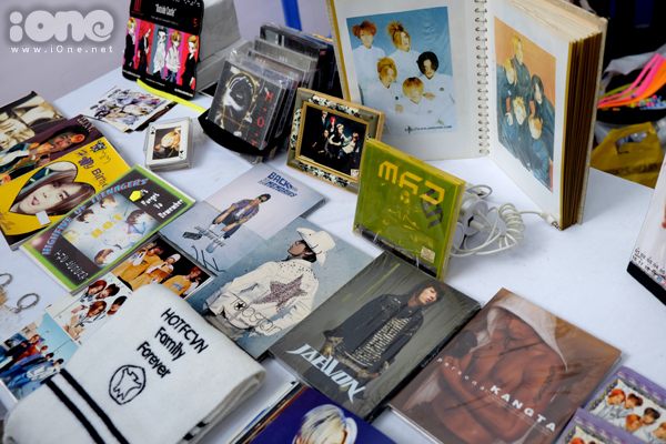 Club H.O.T Vietnam - hội fan của nhóm nhạc huyền thoại Kpop - trưng bày bộ sưu   tập đĩa, photobook của H.O.T và từng thành viên từ ngày xưa.