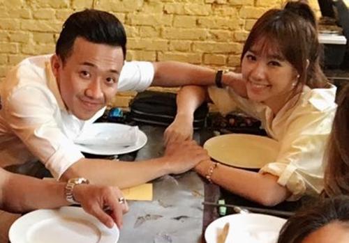 Trấn Thành nắm tay Hari Won cùng pose hình.