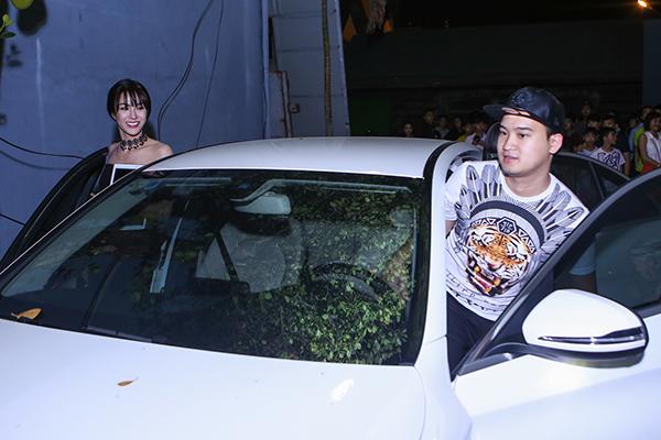 Bạn trai chở Diệp Lâm Anh bằng xế sang có giá nhiều tỷ đồng, anh rất yêu thương và chiều chuộng nữ diễn viên Con ma nhà họ Vương. Anh có tên thân mật là Ti, sinh năm 1990 và đang phụ giúp gia đình kinh doanh tại TP.HCM.
