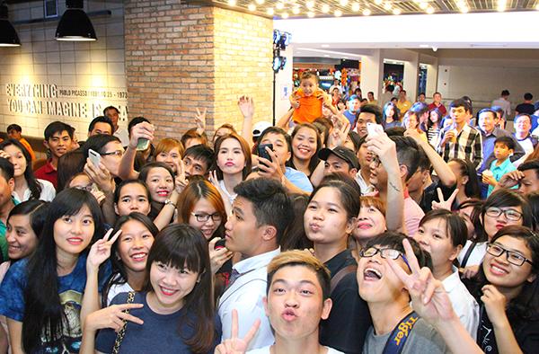 Ngọc Trinh vừa xuất hiện, nhiều khán giả lập tức nhận ra côvà đến xin chụp ảnh cùng. Khán giả vô cùngthích thú khi được ê-kípgiao lưu, tặng quà và giới thiệu về phim VÒNG EO 56.