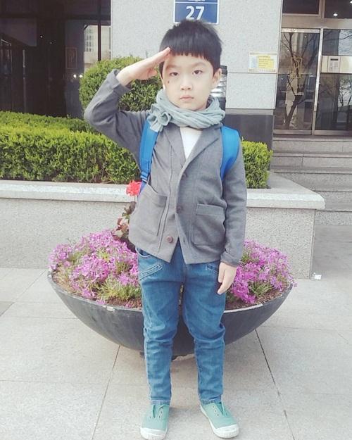 """""""Đại úy Yoo Shi Jin"""" phiên bản nhí."""