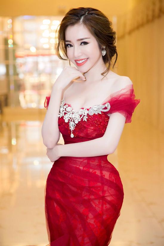 elly-tran-lan-dau-tai-xuat-catwalk-khoe-eo-nho-nhat-showbiz