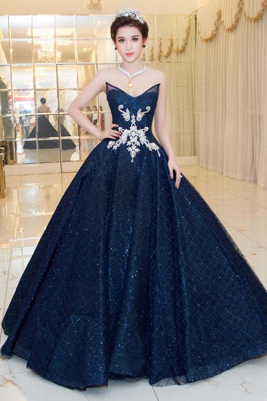 Huyền My đeo trang sức tinh tế trị giá 2 tỷ đồng của thương thiệu Celin Jewelry, giúp cô hoàn thiện ngoại hình kiêu sa.