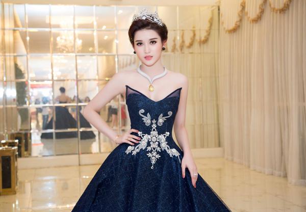 elly-tran-lan-dau-tai-xuat-catwalk-khoe-eo-nho-nhat-showbiz-7