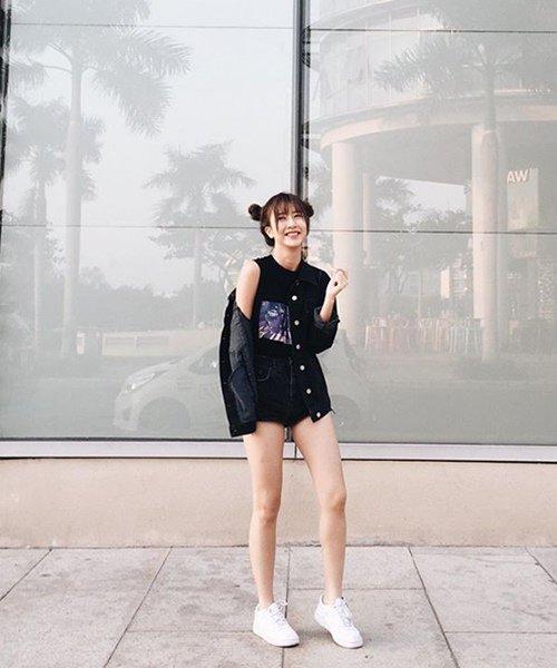 Quỳnh Anh Shyn lại mang vẻ đáng yêu với bộ đồ đen và giày sneaker trắng