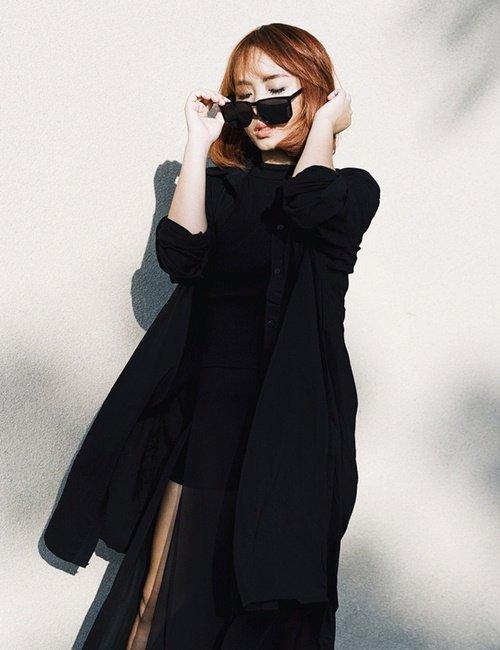 Phong cách tối giản (minimalist) cũng chính là từ khoá được tìm kiếm nhiều nhất của làng thời trang thế giới năm qua. Việc vận dụng khéo léo phong cách này của các tín đồ trẻ Việt cho thấy trắng và đen chưa bao giờ mang tới sự nhàm chán.