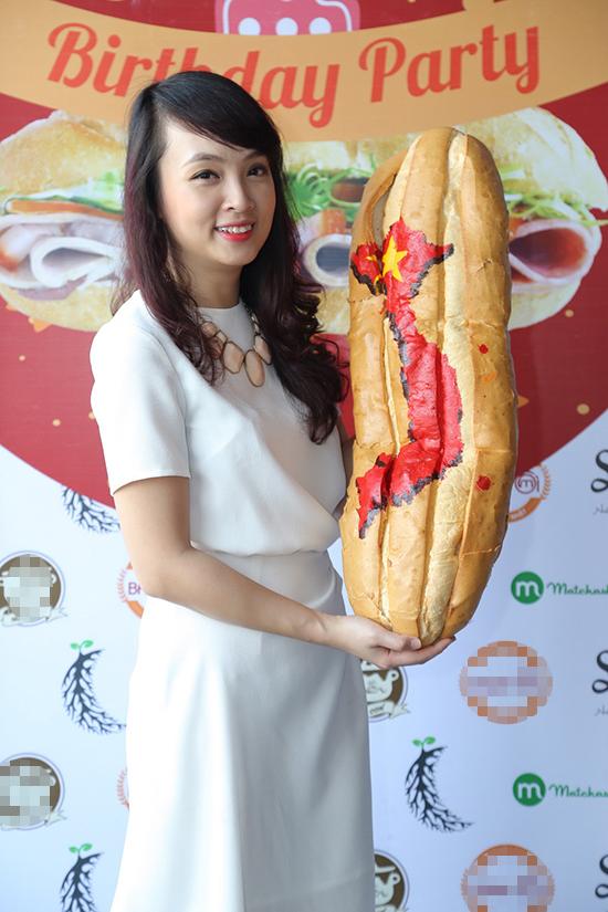 Minh Nhật giới thiệu chiếc bánh khổng lồ nằm trong chiến dịch ủng hộ người nghèo.