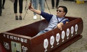 Trào lưu lạ giả chết trong quan tài ở Trung Quốc
