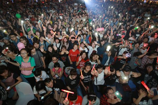 fan-viet-quy-tung-bung-dem-nhac-hoi-kpop-2016