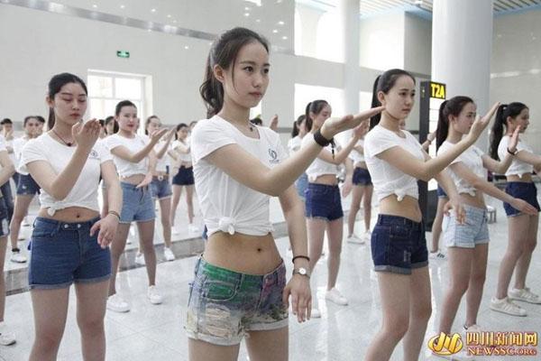 Mục đích ý nghĩa của chương trình được nhiều người khen ngợi. Tuy nhiên, trang   phục quần siêu ngắn, áo buộc cao để lộ eo của các nữ sinh lại bị chỉ trích là không   phù hợp, cố tình gây sự chú ý.