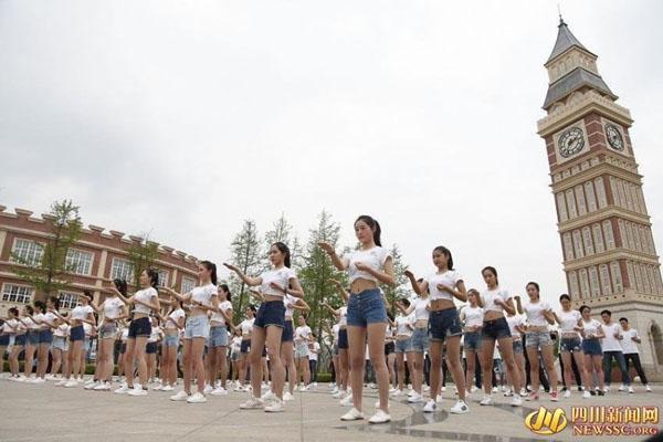 Ngày 7/4, hơn 100 nam nữ sinh thuộc lứa tuổi 10x đến từ khắp Trung Quốc tham   gia một chương trình cổ động nữ giới học cách tự bảo vệ mình và kêu gọi mọi   người giúp đỡ khi thấy người gặp nạn thay vì chỉ giương mắt đứng nhìn.