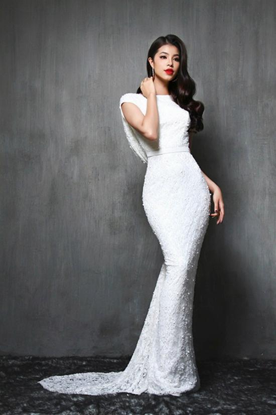 """Phạm Hương diện váy bó sát đẹp như nữ thần nhờ thân hình """"vòng nào ra vòng nấy"""" rất chuẩn mực."""