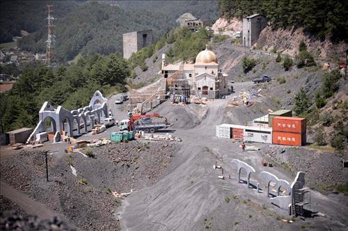 Hậu trường bộ phim khi nhà sản xuất quyết định dựng một doanh trại ở một khu đất mỏ bỏ hoang tại Kangwondo (Hàn Quốc).
