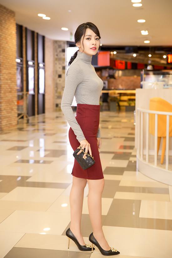"""Tối 12/4, sau khi hoàn thành ngày quay cuối cùng của phim Vệ sĩ Sài Gòn, Chi Pu vội vã có mặt tại buổi công chiếu phim """"The Jungle Book - Cậu Bé Rừng Xanh"""" tại TP. Hồ Chí Minh."""