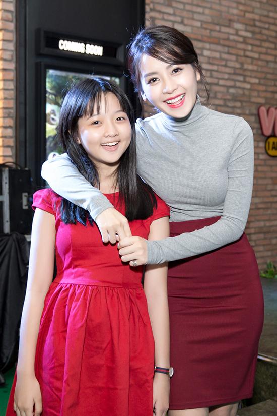 """Tại sự kiện, Chi Pu hội ngộ bé Thanh Mỹ. Cả hai từng góp mặt trong phim """"Yêu"""" trong cùng một vai diễn. Chi Pu đóng vai Nhi lớn, còn Thanh Mỹ đóng vai Nhi lúc bé."""