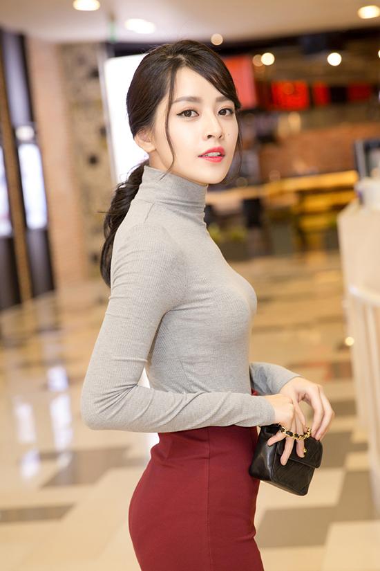 Bộ váy áo có thiết kế ôm sát giúp Chi Pu khoe trọn vòng eo thon và vóc dáng chuẩn.