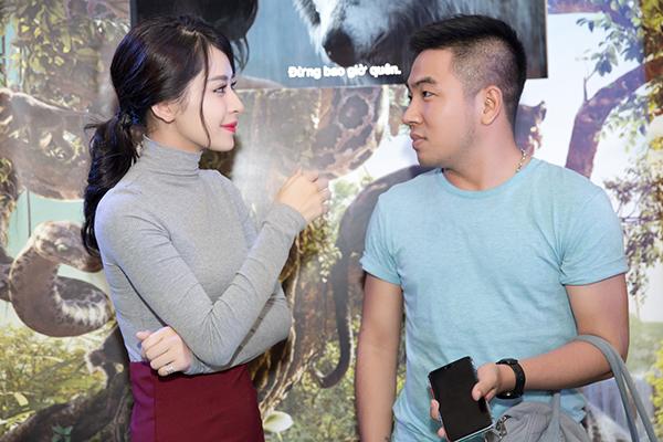 nữ diễn viên trò chuyện vui vẻ với nhà văn Phạm Ngọc Thạch.