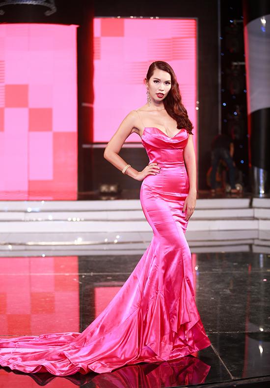 giám khảo Hà Anh khoe vẻ quyến rũ trong một bộ váy cúp ngực màu hồng cánh sen.