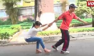 Cách đơn giản thoát khỏi việc bị túm tay, kéo lê trên đường