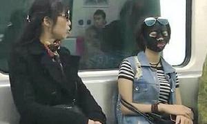 Cô gái đắp mặt nạ làm đẹp gây giật mình trên tàu điện