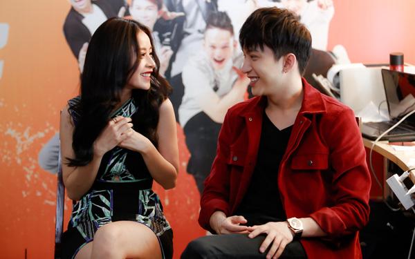 """Trước giờ ghi hình, đôi bạn tranh thủ trò chuyện và đùa giỡn thân thiết. Chi Pu và B Trần có cơ hội quen biết nhau khi cùng tham gia phim """"5S Online"""" và tình bạn đó ngày càng gắn bó đến hiện tại."""
